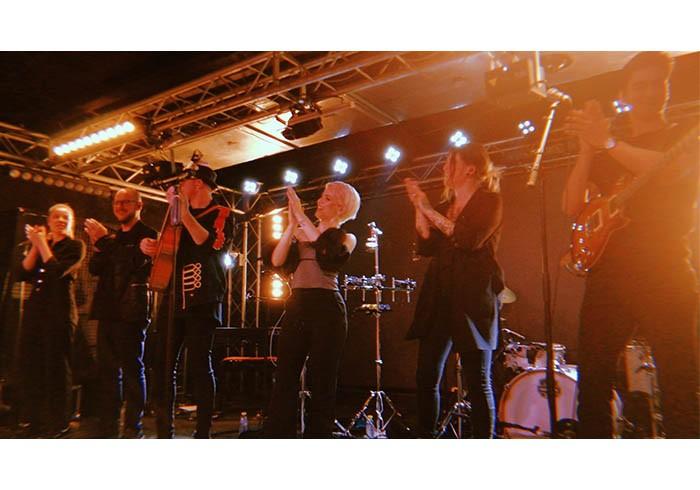 "Alba Reche junto a su banda en su gira ""Quimera Tour"" / Foto: @Marinamora1045 - Twitter"