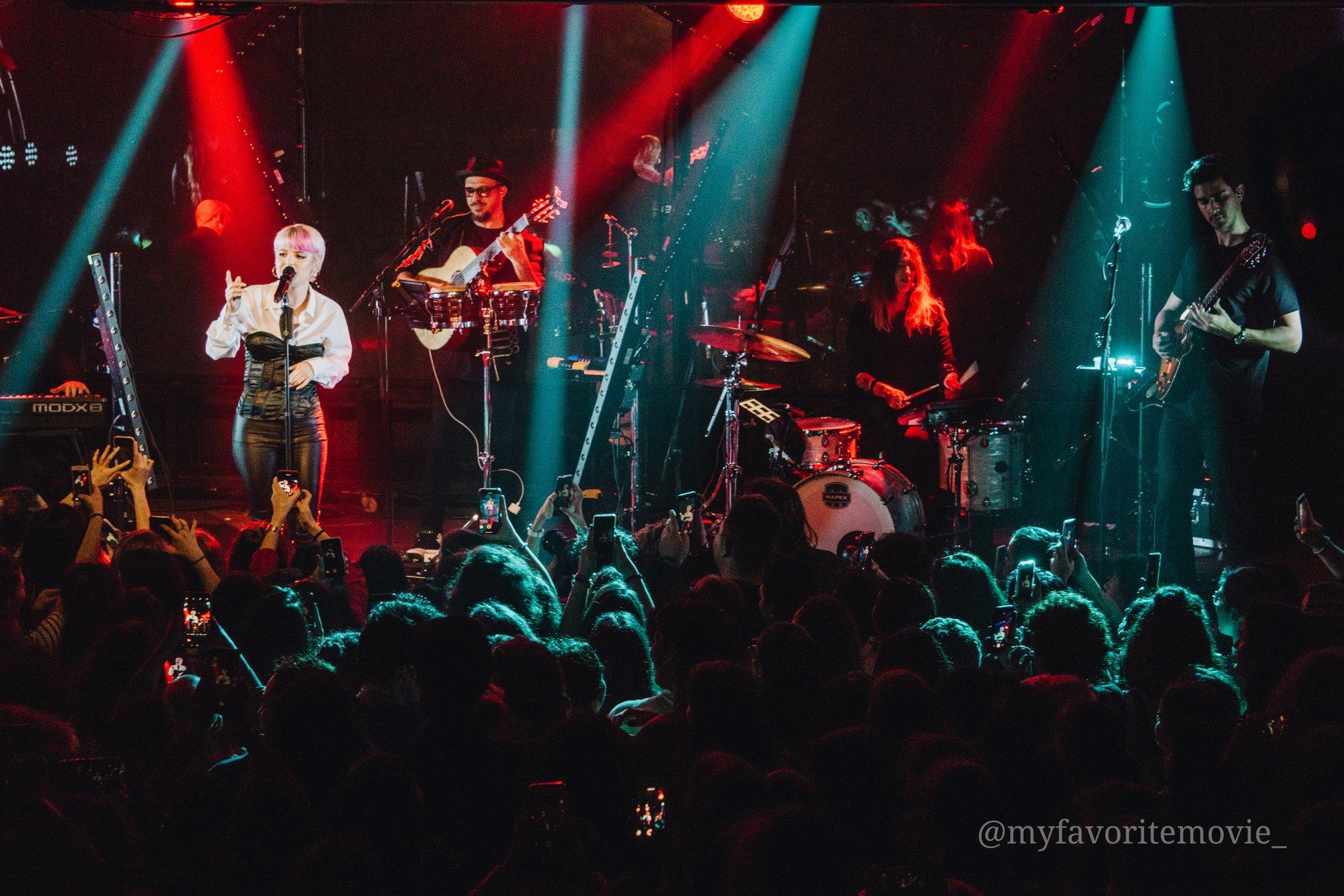 """Alba Reche junto a la banda presentando su """"Quimera Tour"""" / Foto: @myfavoritemovie_ en instagram"""