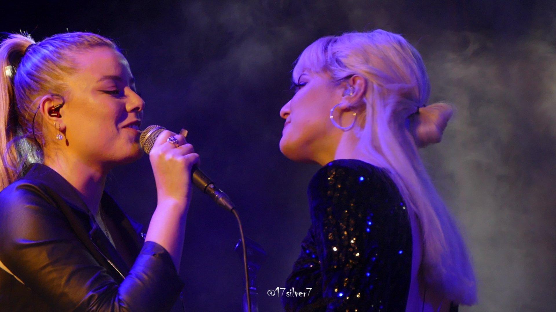 """Alba Reche y Marina cantando """"She Used To Be Mine"""" - Quimera Tour Sevilla / Foto: Artivist - @17Silver7"""
