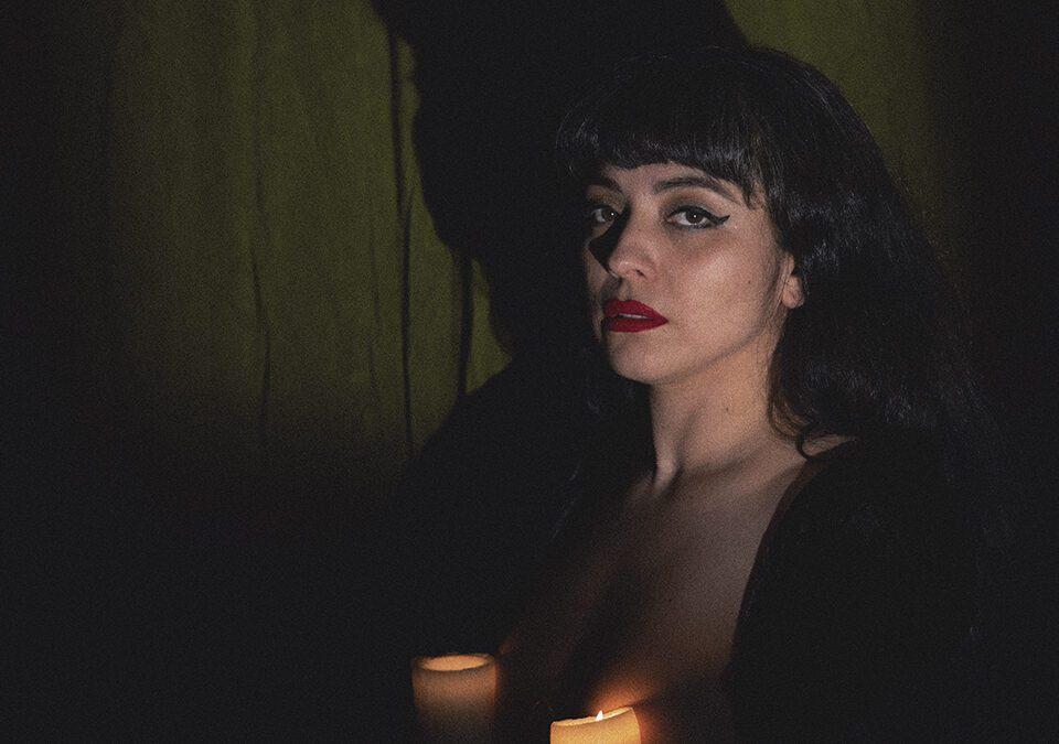 """Mon Laferte estrena su nuevo tema """"Se me va a quemar el corazón"""" / Foto: Universal Music"""