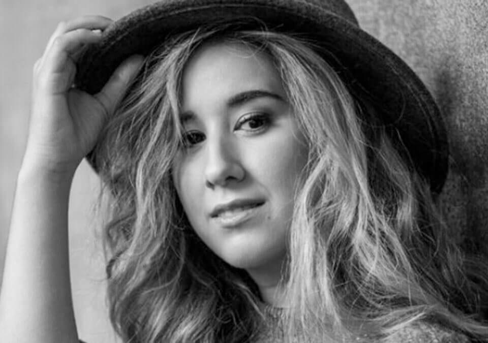 Cantante y compositora Elena Bella
